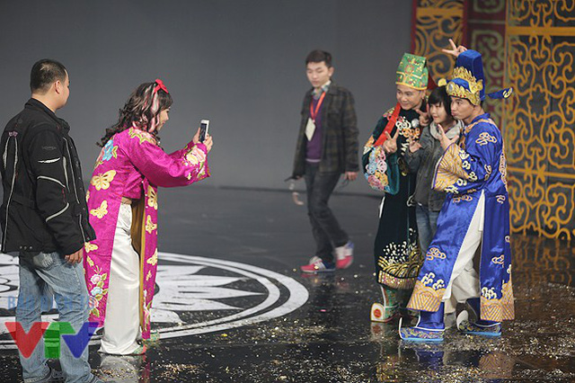 Cô Đẩu Công Lý chụp ảnh lưu niệm cho diễn viên Tự Long và Xuân Bắc. Cô bé đứng giữa hai nam diễn viên chính là con gái lớn của cô Đẩu Công Lý.
