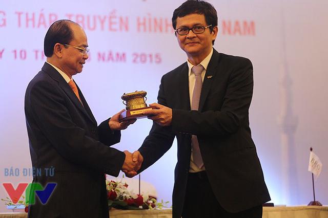Tổng Giám đốc Trần Bình Minh tặng quà lưu niệm cho ông Lại Văn Đạo -