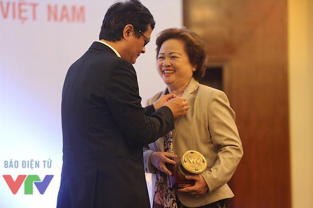 Tổng Giám đốc Trần Bình Minh cài huy hiệu VTV cho bà Nguyễn Thị Nga - Chủ tịch tập đoàn BRG