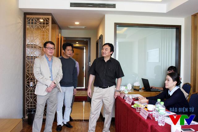 Chủ tịch LHTHTQ lần thứ 35 gặp mặt các giám khảo tại phòng chấm thi Chương trình dành cho thiếu nhi