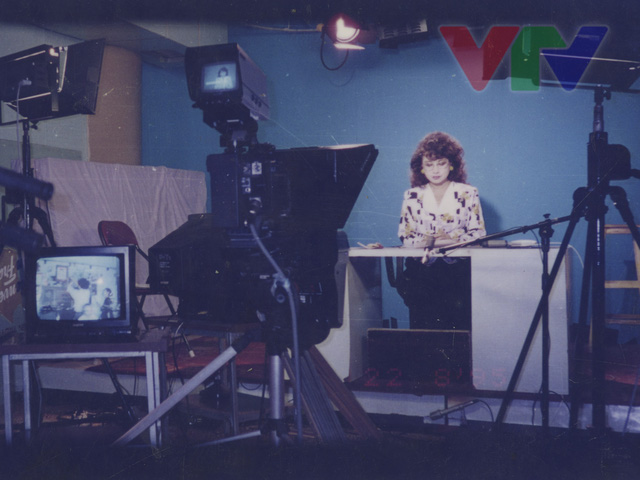 NSƯT Kim Tiến tại trường quay Đài truyền hình Việt Nam vào năm 1995.