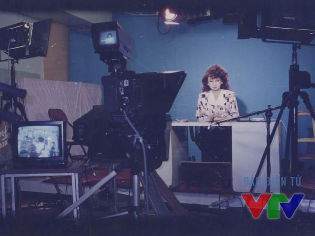 NSƯT Kim Tiến tại trường quay Đài Truyền hình Việt Nam vào năm 1995