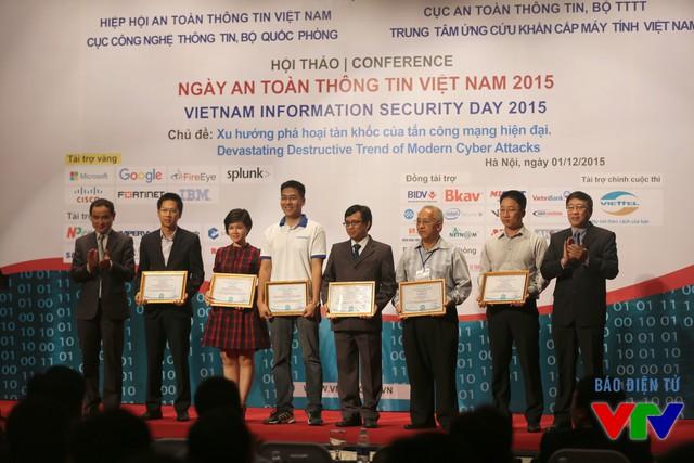 Trao tặng bằng khen cho 2 tập thể là Đại học Công nghệ thông tin - Đại học Quốc gia TP. Hồ Chí Minh và Đại học Duy Tân