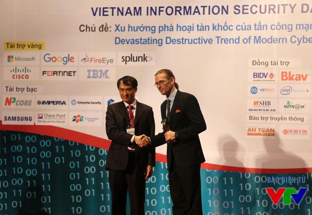 Ông Vũ Quốc Thành - Phó Chủ tịch kiêm Tổng Thư ký Hiệp hội An toàn thông tin Việt Nam trao kỷ niệm chương cho đại diện Công ty CISCO