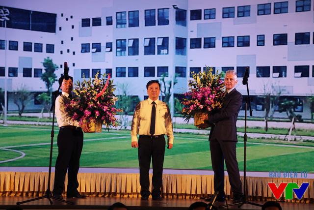 Ông Chử Xuân Dũng đại diện Sở Giáo dục - Đào tạo Hà Nội tặng hoa cho Hiệu trưởng ISV