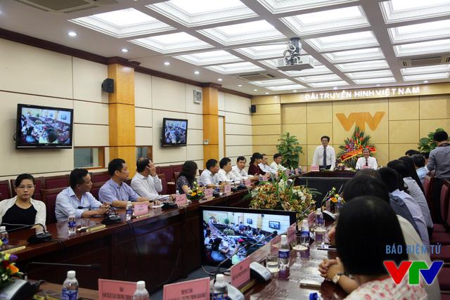 Đồng chí Đinh Thế Huynh đến thăm và trò chuyện với lãnh đạo, cán bộ, nhân viên Đài Truyền hình Việt Nam