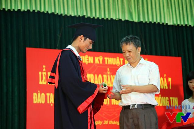 Ông Lương Hồng Quang - Phó Giám đốc Học viện Kỹ thuật Mật mã trao bằng tốt nghiệp cho các tân kỹ sư khóa 7