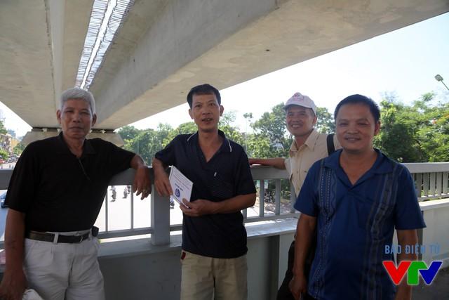 Bác Sơn (ngoài cùng bên phải) và các vị phụ huynh khác kiên nhẫn chờ đợi các thí sinh bên ngoài khu vực thi
