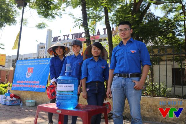 Các sinh viên tình nguyện giúp thí sinh và phụ huynh hạ nhiệt trong những ngày thi nắng nóng