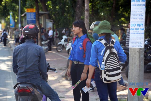 Các tình nguyện viên tận tình hỗ trợ các thí sinh và phụ huynh