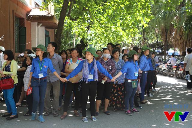 Những hàng rào xanh đảm bảo an toàn cho các thí sinh trong khi thi và giúp các thí sinh về nghỉ ngơi sớm sau khi hoàn thành môn thi