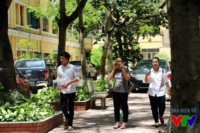 Các thí sinh tìm người nhà đến đón sau khi hoàn thành môn thi đầu tiên