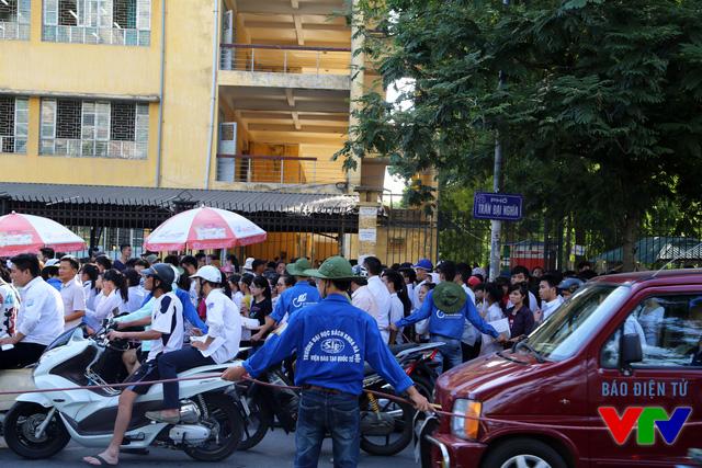 Sinh viên tình nguyện hỗ trợ phân làn đường giúp chống ùn tắc giao thông