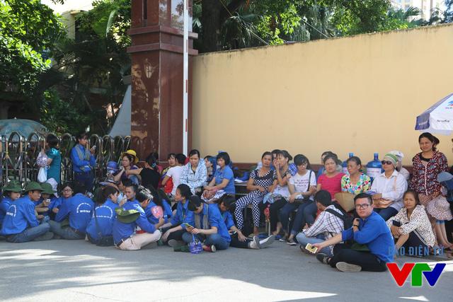 Các tình nguyện viên hỗ trợ thí sinh và phụ huynh