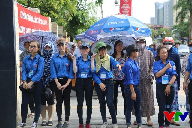 Các sinh viên tình nguyện tại điểm thi Đại học Luật Hà Nội