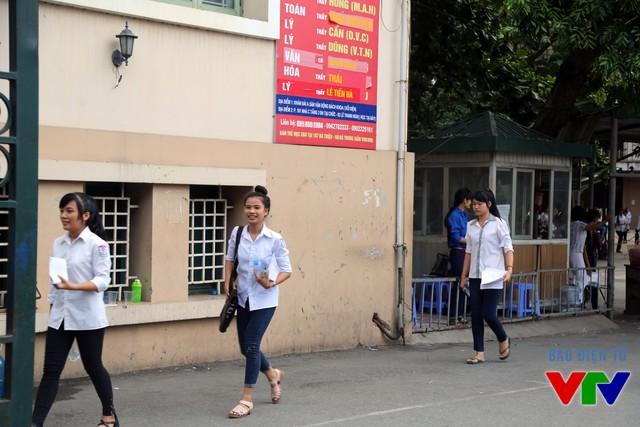 Những thí sinh đầu tiên bước ra khỏi phòng thi