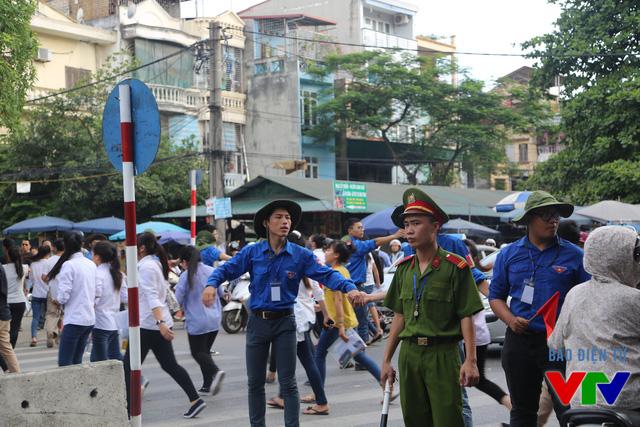 Các tình nguyện viên hỗ trợ lực lượng chức năng chia làn và phân luồng giao thông