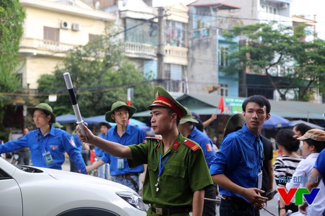 Các tình nguyện viên hỗ trợ lực lượng chức năng điều phối giao thông tại khu vực Đại học Bách khoa Hà Nội