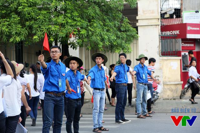 Các tình nguyện viên giúp thí sinh sang đường và về nhà nhanh chóng