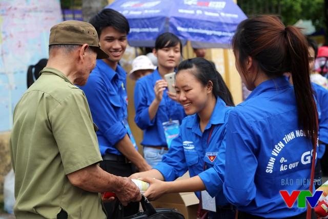 Những nụ cười rạng rỡ của các tình nguyện viên khi chuyển đồ hỗ trợ tới các phụ huynh và thí sinh