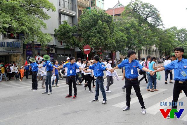 Các tình nguyện viên giúp thí sinh qua đường an toàn