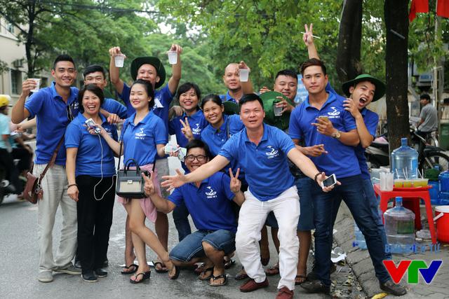 Chung Tay S - nhóm từ thiện giúp phụ huynh và thí sinh hạ nhiệt với những ly nước mát lạnh trong những ngày thi nóng bức