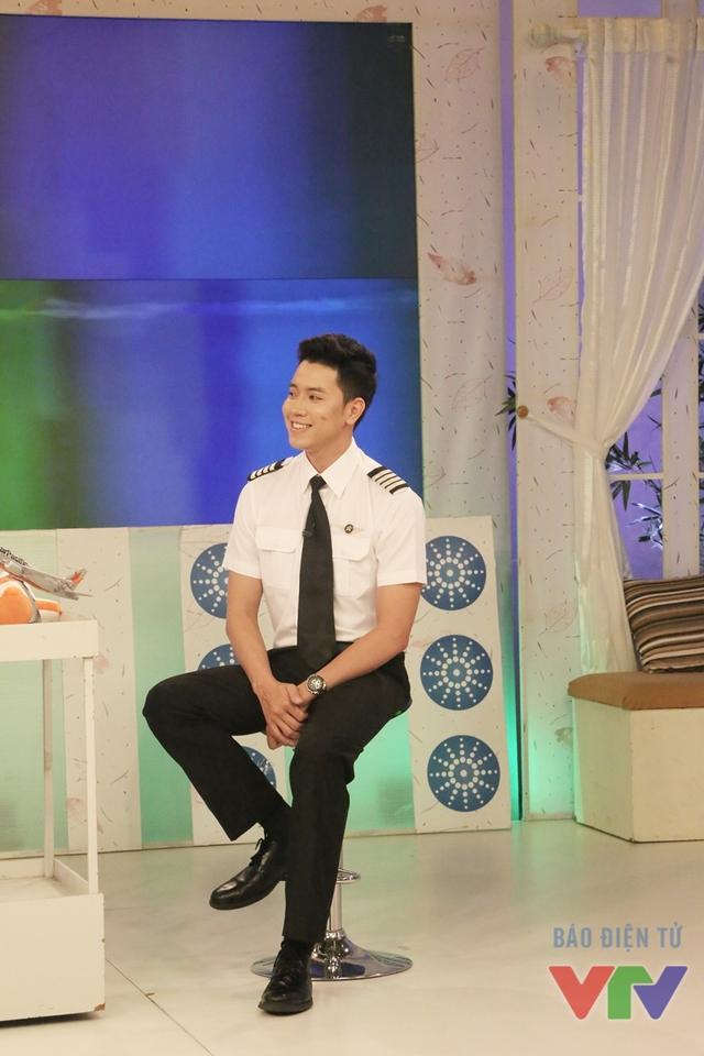 Sinh năm 1991 tại Hà Nội, trước khi sang New Zealand học làm phi công, Nguyễn Quang Đạt từng học trường Đại học Ngoại thương. Để giành được vị trí cơ trưởng, anh đã trải qua thời gian làm cơ phó với nhiều cống hiến xuất sắc cho đội bay.