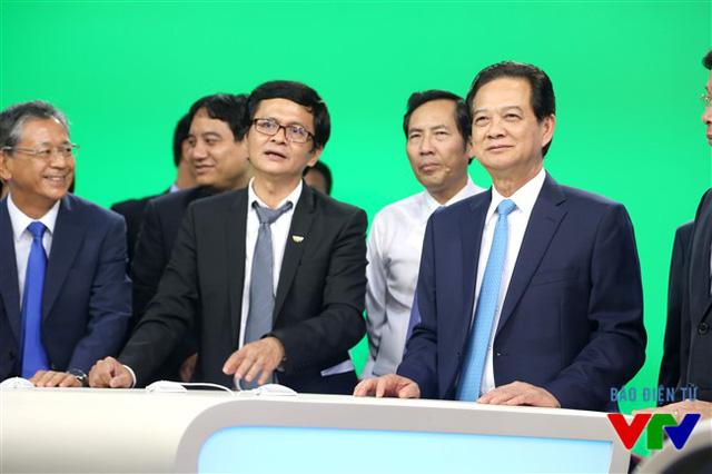 Tổng Giám đốc Trần Bình Minh giới thiệu với Thủ tướng Nguyễn Tấn Dũng về những công nghệ truyền hình hiện đại đang được Đài Truyền hình Việt Nam áp dụng tại các trường quay
