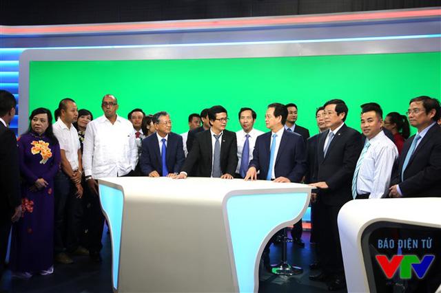 Thủ tướng Nguyễn Tấn Dũng và các cán bộ, phóng viên, biên tập viên của VTV tại trường quay của Ban Thời sự