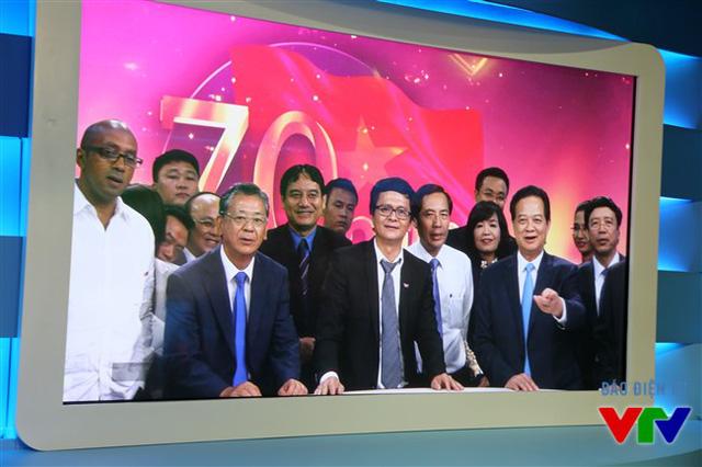Thủ tướng Nguyễn Tấn Dũng được trải nghiệm chính những công nghệ truyền hình ngay tại trường quay của Ban Thời sự