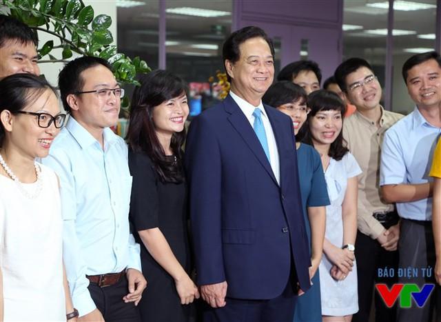 Thủ tướng Nguyễn Tấn Dũng đã tới tham quan nơi làm việc của Ban Thời sự Đài Truyền hình Việt Nam