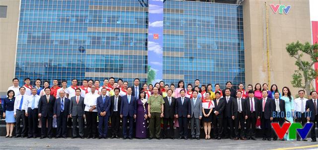 Thủ tướng Nguyễn Tấn Dũng đã chụp ảnh lưu niệm cùng các cán bộ, phóng viên, biên tập viên của Đài Truyền hình Việt Nam.