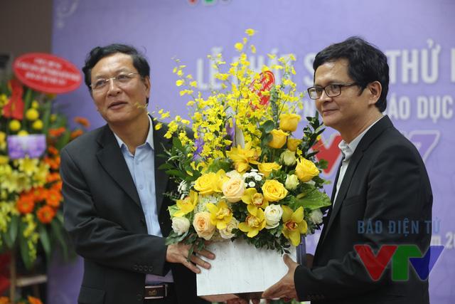 Tổng Giám đốc Đài THVN Trần Bình Minh tặng hoa Bộ trưởng Bộ Giáo dục & Đào tạo Phạm Vũ Luận nhân ngày Nhà giáo Việt Nam
