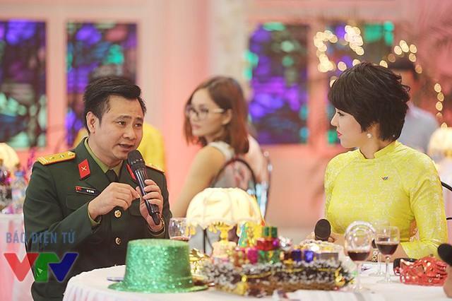 NSƯT Tự Long trò chuyện với người dẫn chương trình Diễm Quỳnh.