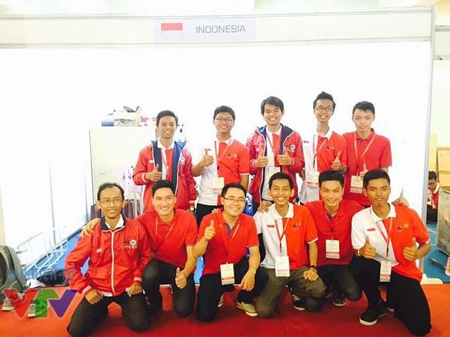 Hungyen Techedu chụp ảnh lưu niệm với đội chủ nhà Indonesia.