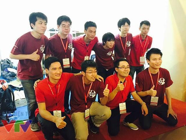 Hungyen Techedu chụp ảnh lưu niệm với đội Nhật Bản.