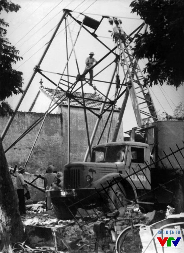 Xây dựng cột ăng-ten phát sóng đầu tiên tại 58 Quán Sứ, Hà Nội năm 1970