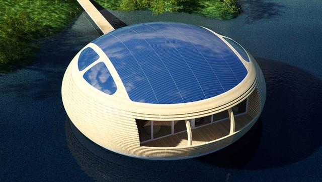 Mái của ngôi nhà được lắp thêm những tấm pin năng lượng mặt trời