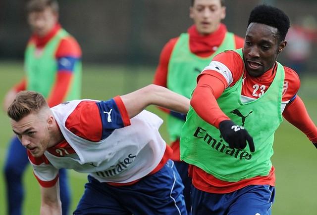 Tiền đạo Welbeck hăng hái tập luyện nhằm trả đũa đội bóng cũ Man Utd.