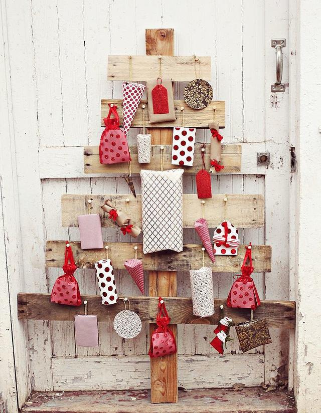 Với cây thông bằng gỗ bạn có thể đính nhiều vật trang trí lên, trong đó có cả những món quà nhỏ.