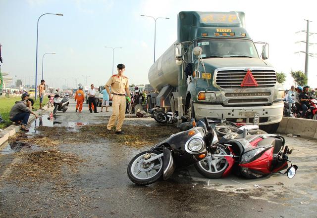 Hiện trường vụ tai nạn xe bồn đâm hàng loạt xe máy trên xa lộ Hà Nội vào sáng 25/12.