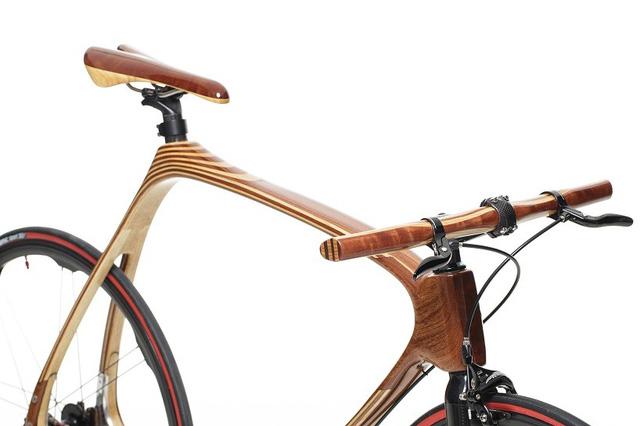 Khung xe được làm bằng gỗ kết hợp với sợi carbon để tăng độ bền