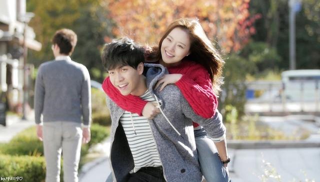 Lee Seung Gi và bạn diễn Moon Jaewon vào vai một cặp đôi trong phim với những tình huống dở khóc, dở cười.