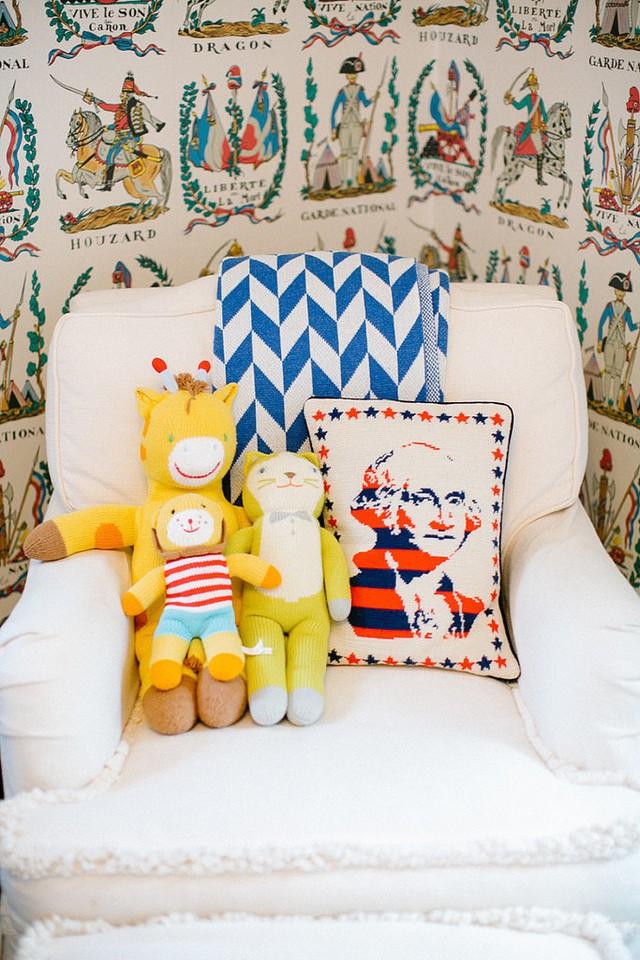 Những món đồ chơi thường giúp bạn hoài niệm về thời thơ ấu. Nhưng nếu chúng đã quá cũ thì bạn nên cân nhắc việc có giữ lại và trang trí trong phòng ngủ hay không?