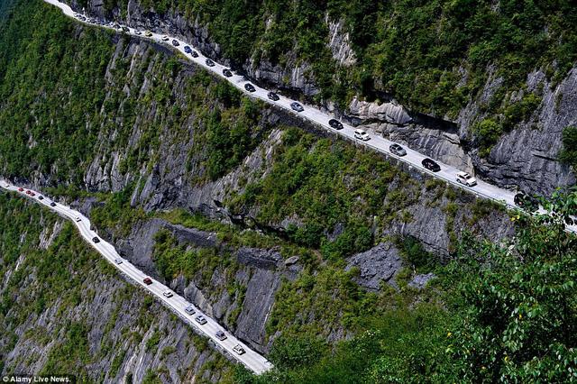 Côn đường cheo leo với một bên là vực sâu, một bên là vách núi dựng đứng.