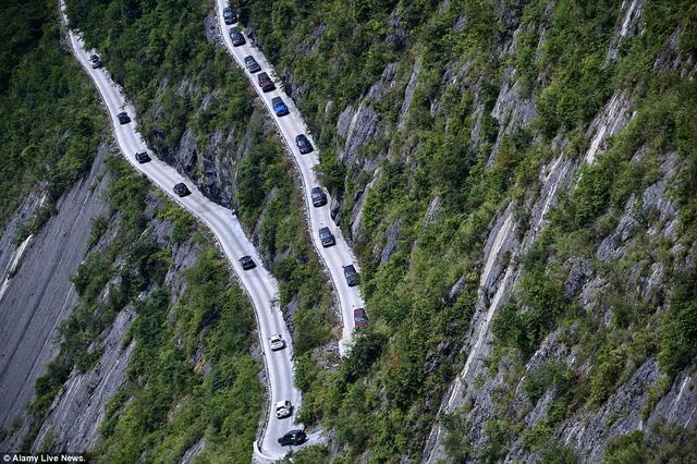 Những khúc cua tay áo nguy hiểm khiến các lái xe phải tập trung cao độ.
