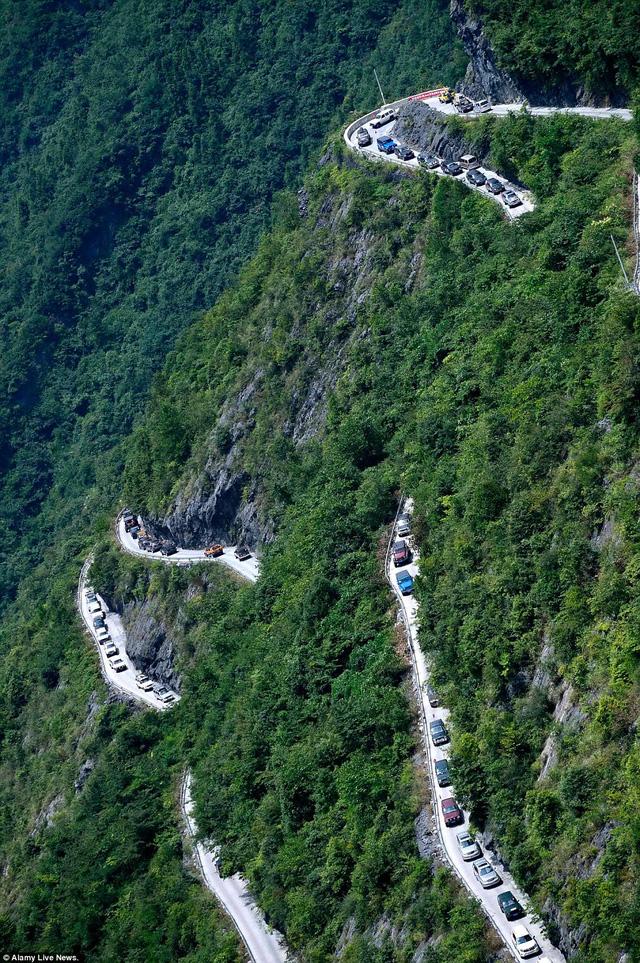 Hàng trăm xe nối đuôi nhau chinh phục con đường ngoạn mục chỉ dài 4,3 km này.