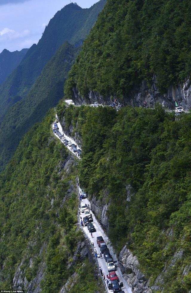 Trên đỉnh núi, khách du lịch thực sự bị thu hút bởi cảnh đẹp mê hồn của vùng núi nơi đây.