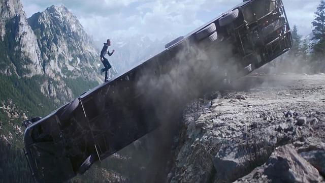Paul Walker trong một cảnh hành động mãn nhãn trong Fast & Furious 7
