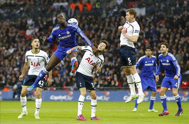 Zouma (xanh) có khả năng không chiến rất tốt, hạn chế tối đa sức tấn công của Spurs từ trên cao.